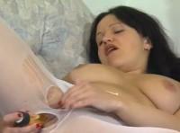 Donna porca si masturba con un dildo