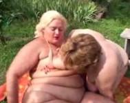 Lesbiche grasse provano una masturbazione
