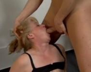 Donna vogliosa sfondata da un cazzo giovane