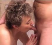 Sesso orale tra una coppia di vecchi eccitati