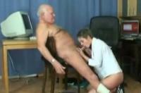 Cazzo maturo tromba una giovane porcella