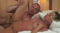 Donna nuda penetrata hard sopra il letto