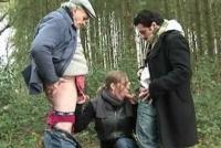 Spettacolare sesso a tre nel bosco con una ninfomane