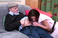 Nipote ninfomane fotte con il nonno potente