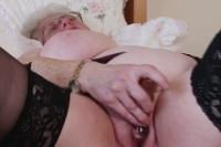 Vecchia porca si masturba con un dildo