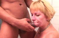 Donna in calore scopata e pisciata in bocca