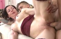 Tettona in calore si masturba la figa rasata