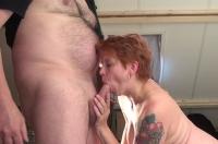 Rossa si masturba e succhia un cazzo lungo