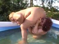 Sesso in piscina tra due lesbiche