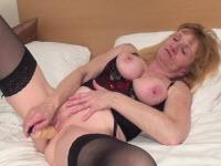 Zoccola bionda si masturba hard con un dildo