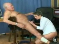 Vecchio perverso scopa una giovane con tette piccole