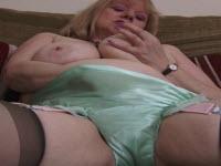 Matura dalle tette grosse si masturba con un dildo