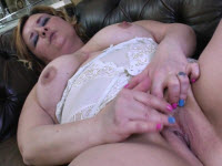 Zoccola matura gode una masturbazione perversa