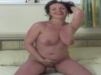 Casalinga brunetta si masturba con un dildo